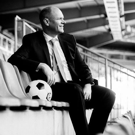 Dr. Holger Schmitz mit Ball - Personalberatung Osnabrück