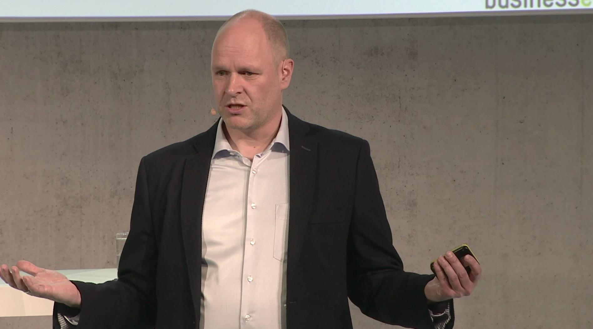 DISG Trainer Dr. Holger Schmitz als Keynote Speaker live auf der Bühne