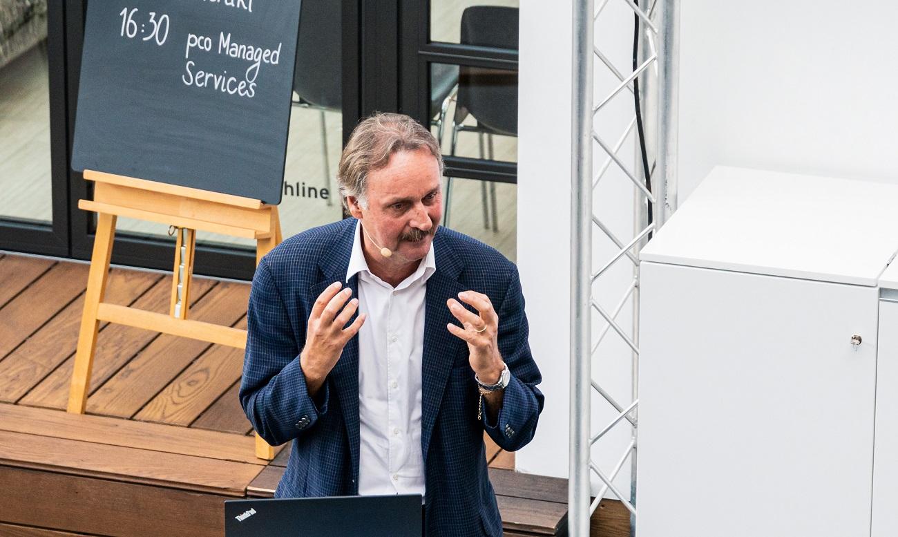 Keynote Speaker und Fußballredner Peter Neururer auf der Bühne